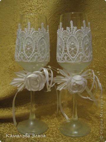 Представляю новую коллекцию всевозможных свадебных штучек. Ее открывает медвежья пара на свадебную машину. Мишки  - из магазина, оставалось только принарядить: цилиндр, бабочка, жилет  - для Него; шляпа с вуалеткой, юбочка и бусы - для Нее. фото 4