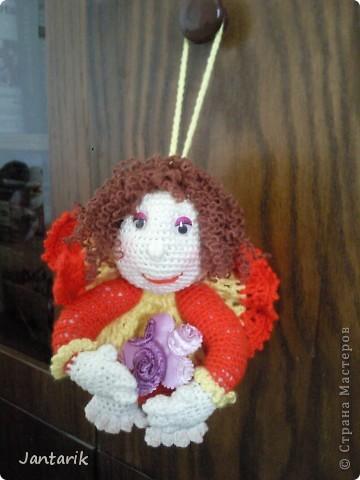 Здесь на сайте я видела много попиков,сделанных в стиле тектильной куклы.К шитью таких куколок я ещё только приглядываюсь,поэтому решила попробовать связать себе такую куколку на удачу. Знакомьтесь- Кудряшка!(от Ями). фото 2