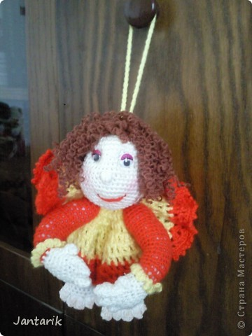 Здесь на сайте я видела много попиков,сделанных в стиле тектильной куклы.К шитью таких куколок я ещё только приглядываюсь,поэтому решила попробовать связать себе такую куколку на удачу. Знакомьтесь- Кудряшка!(от Ями). фото 1