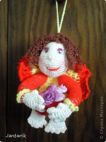 Здесь на сайте я видела много попиков,сделанных в стиле тектильной куклы.К шитью таких куколок я ещё только приглядываюсь,поэтому решила попробовать связать себе такую куколку на удачу. Знакомьтесь- Кудряшка!(от Ями). фото 3