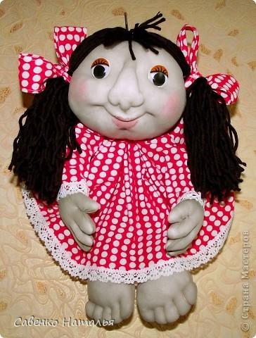 """Эта кукла сшита на заказ. Знакомой надо было придумать подарок для подруги """"с полной чашей"""". Когда кукла была готова, знакомая посмотрела на нее и сказала, что нос у нее как у грузинки. Может и так, но мне хотелось попробовать сшить носик немного по-другому. Вот что получилось, лучше ли, хуже ли, судите сами."""