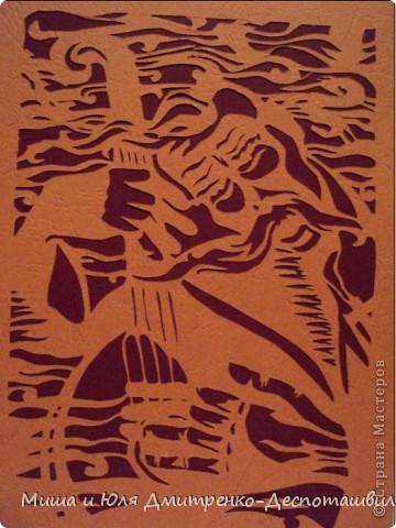 Сегодняшняя Мишина работа мне особенно дорога. Так как она посвящена украинской истории и культуре. На ней изображен играющий и поющий свою песню кобзарь.   Кобза́рь (укр. кобзар) — народный певец в старину на Украине, часто слепой ветеран-казак, исполнявший песни и «думы» под аккомпанемент украинского народного инструмента — кобзы или бандуры. С древнейших времен кобзари представляли собой неформальную организацию (братство) тесно связанную с казачьими формированиями. Они принимали важное участие во всех казацких и крестьянских восстаниях в качестве широко разветвлённой информационной сети, распространённой на всей территории Украины, а иногда и за рубежом. Они никогда не были полностью подконтрольны ни одной власти, ни властям Российской империи ни СССР.  (Из Википедии)   Их песни были посвящены истории родного края, жизни простых людей.