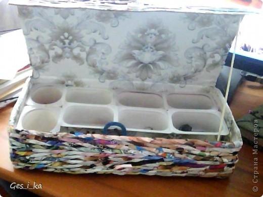 Дочь просила сделать ей шкатулку для бисера. У меня была коробка из-под обуви и несколько упаковок из-под йогуртов и сырка. И получилась вот такая шкатулка. Я хотела ее покрасить и задекупажить, но ребенок пожелала оставить без покраски и по-своему украсить. Показываю, что получилось у меня. фото 1