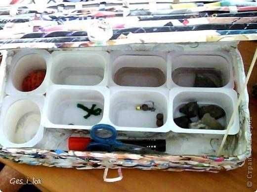 Дочь просила сделать ей шкатулку для бисера. У меня была коробка из-под обуви и несколько упаковок из-под йогуртов и сырка. И получилась вот такая шкатулка. Я хотела ее покрасить и задекупажить, но ребенок пожелала оставить без покраски и по-своему украсить. Показываю, что получилось у меня. фото 2