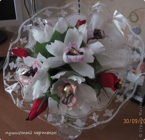 Вот такой букет из орхидей и бутонов роз пришлось сделать ко дню учителя:) В нем 9 конфет. фото 1