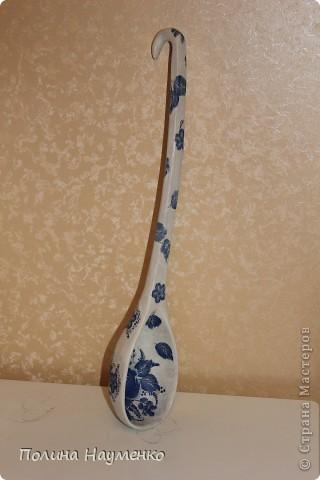 Самодельная ложка (вырезала не я) деревянная, размер ее где то 50 см фото 2