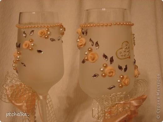 На бокалы нанесла краску с эффектом замершего стекла SPECIALTY FROSTED GLASS. Также в работе использовала бисер, бусины, стразы, хрустальную пасту MEDIUM, контур золото DECOLA. фото 5