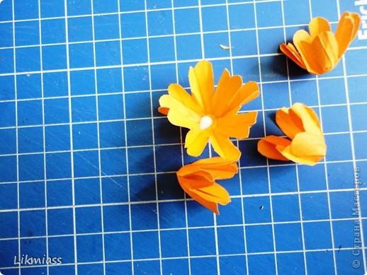 Это вовсе не открытка, так что не пугайтесь. Просто я сделала   некий макет, а смотреть мы будем процесс изготовления  вот таких бархатцев.  Скоро они замерзнут, а пока они есть, можно их и делать. Разумеется, таким способом можно делать не только такие цветочки, а совершенно разные. Все зависит от того, какой шаблон цветка вы выберете. фото 14