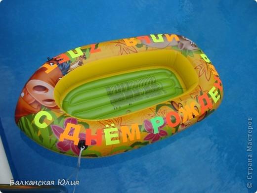 """Празднование проходило на море. Это лодка для подарков с надписью - """"С днём рождения Илюша 7 лет"""". Надпись сделана из самоклеющейся бумаги. фото 1"""