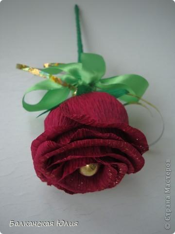 Это мой первый опыт в создании цветов из конфет. Понравилось использовать гофробумагу купленную в цветочном магазине, а не в концтоварах. Так как она более плотная. фото 3