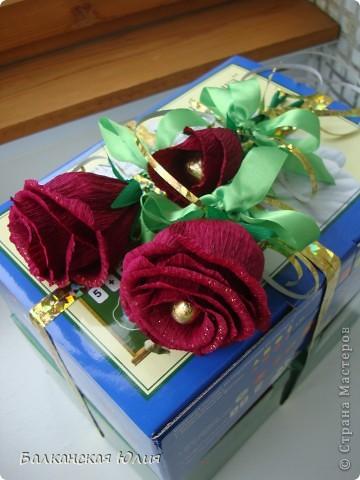 Это мой первый опыт в создании цветов из конфет. Понравилось использовать гофробумагу купленную в цветочном магазине, а не в концтоварах. Так как она более плотная. фото 5