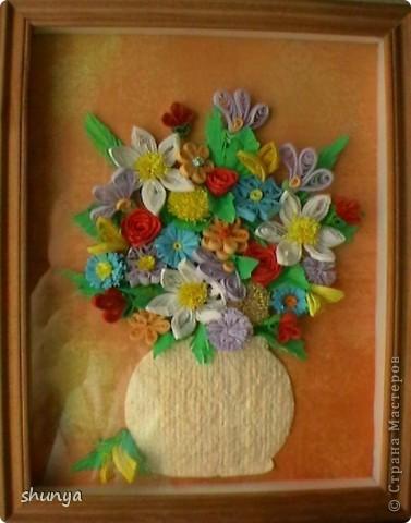Здравствуйте, дорогие жители Страны Мастеров! Хочу показать Вам свой простенький букетик, который собрала за один вечер (на следующий день нужно уже было подарить). А так как крутить цветы специально времени не было, собирала из того, что осталось от других работ. фото 1