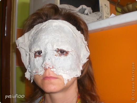 Маска из газеты и туалетная бумага Мазок лицо с жирным кремом фото 2