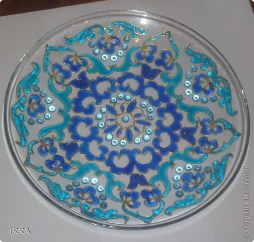 Стеклянная тарелка украшена башкирским орнаментом в технике витраж