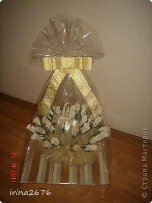 Такую сладкую корзинку я сделала сестре на день рождения. В каждом бутоне розы конфетка. фото 5