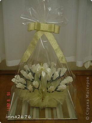 Такую сладкую корзинку я сделала сестре на день рождения. В каждом бутоне розы конфетка. фото 6