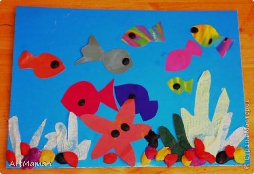 """""""Море"""" красили пальчиковыми красками. На другой день, когда наше """"море"""" высохло, сделали аппликацию. Рыбка из цветной бумаги + пластилин. Медуза - цветная бумага, пластилин, бумажные салфетки. Водоросли - обрывная аппликация (бумага). Камни - аппликация и пластилин. Делали с ребенком в 1 г. 6 мес. Деть красила """"море"""" обеими руками :). Потом мазала клеем детальки и клеила их. Мяла пластилин и катала из него шарики и колбаски, лепила камни, украшалки медузу и рыбку. Мама, конечно же, помогала.  фото 4"""