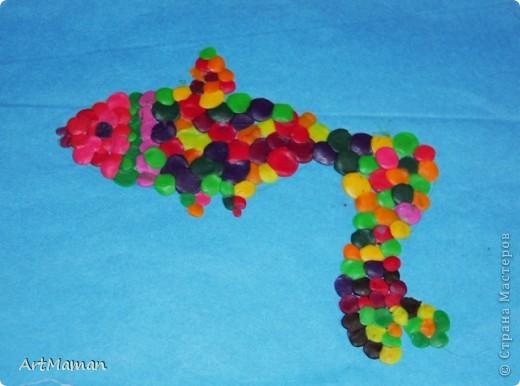 """""""Море"""" красили пальчиковыми красками. На другой день, когда наше """"море"""" высохло, сделали аппликацию. Рыбка из цветной бумаги + пластилин. Медуза - цветная бумага, пластилин, бумажные салфетки. Водоросли - обрывная аппликация (бумага). Камни - аппликация и пластилин. Делали с ребенком в 1 г. 6 мес. Деть красила """"море"""" обеими руками :). Потом мазала клеем детальки и клеила их. Мяла пластилин и катала из него шарики и колбаски, лепила камни, украшалки медузу и рыбку. Мама, конечно же, помогала.  фото 5"""