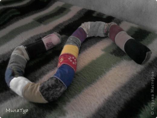 """Эту """"игрушку"""" я придумала, когда мой сын был немного по меньше, чем сейчас. На прогулках он долго не хотел лежать/сидеть в коляске. И как вариант подвесной игрушки я сшила ему такое кольцо, которое можно было цеплять или завязывать на ручку  коляски. Оно не только привлекало внимание ребенка, но и развивало тактильное восприятие.   фото 2"""