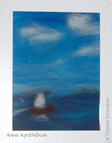 Сюжет простой, но очень детский: море, небо и кораблик. Где-то на горизонте то ли тучи, то ли берег.Белеет парус...