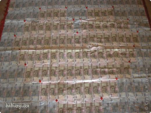 Вот в таком виде мы дарили деньги на свадьбу друзьям. Идея не нова, но исполнение всем понравилось. Ковер из 50-ти рублевых купюр, а в центре сердце из 100 рублевых денежек. фото 2