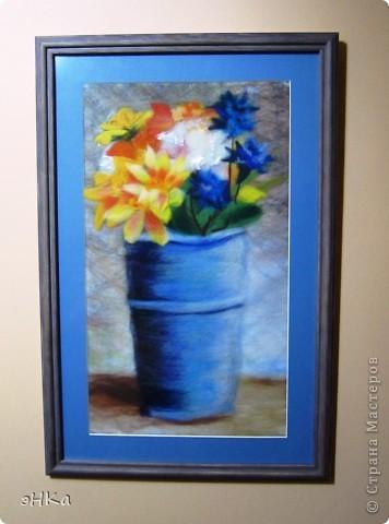 Увидела фото в журнале: цветы в железной вазе. Очень понравился необычный формат: узкий и вертикальный. Наконец-то оформила работу в паспарту и антиблик. фото 1