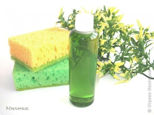 Оливка 65%, касторка 20%, кукуруза 10% , кокос 5 %. Вода 40%, щёлочь (NaOH) по калькулятору, спирт 40%, глицерин 15 %, сорбит 35%.  1. Варим мыло горячим способом до готовности (приблизительно 2 часа). Специальной полоской определяем PH вашего мыла. 2. Добавляем половину спирта и весь глицерин, предварительно нагрев их на бане. Хорошо перемешиваем массу, закрываем крышкой в махровом полотенце, чтобы спирт не испарялся и оставляем на бане ещё на 15 минут. 3. Добавляем вторую половину спирта. Хорошо перемешиваем. Оставляем на бане под плотно закрытой крышкой ещё на 15 минут. 4. Высыпаем в массу сорбит.Масса становится совсем прозрачной. 5. Снимаем массу с бани, добавляем эфиры, экстракты, красители и выливаем в подходящую тару.
