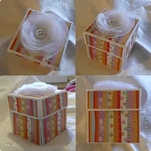 Коробочка для подарочка.  Сверху цветочек из капрона соединенный ниткой, сверху бисер и бисер. фото 1