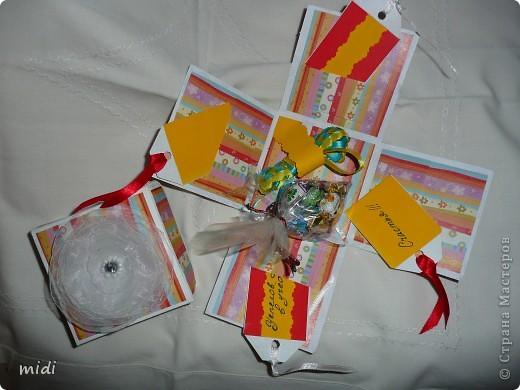 Коробочка для подарочка.  Сверху цветочек из капрона соединенный ниткой, сверху бисер и бисер. фото 3
