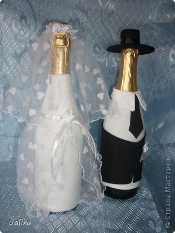 Вот-вот только приехала со свадьбы родного брата. Молодожены попросили меня сшить костюмы жениха и невесты на бутылки... Вот что получилось )) фото 2
