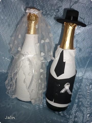 Вот-вот только приехала со свадьбы родного брата. Молодожены попросили меня сшить костюмы жениха и невесты на бутылки... Вот что получилось )) фото 3