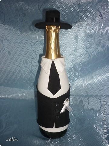 Вот-вот только приехала со свадьбы родного брата. Молодожены попросили меня сшить костюмы жениха и невесты на бутылки... Вот что получилось )) фото 4