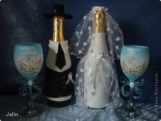 Вот-вот только приехала со свадьбы родного брата. Молодожены попросили меня сшить костюмы жениха и невесты на бутылки... Вот что получилось )) фото 1