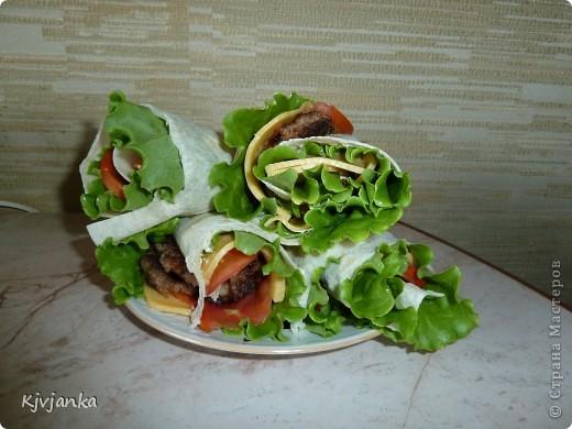 Лаваш, майонез, лист салата, сыр тонкими пластиками, помидорка тонкими кружочками, мясная лепешка = заворачиваем в рулетик и кушаем. фото 1
