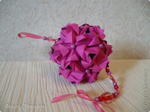 Еще раз здравствуйте, дорогие мастерицы!!! Вот моя Роза от знаменитой Марии Синайской, а вот это ее научное название Little Roses Kusudama (squares). Схему взяла тут http://goorigami.com/diagrams/little-roses-kusudama. Там несколько схем, а схема этой на третьей странице. Эта роза из целого квадратика)))) фото 1