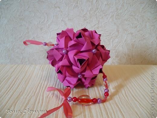 Еще раз здравствуйте, дорогие мастерицы!!! Вот моя Роза от знаменитой Марии Синайской, а вот это ее научное название Little Roses Kusudama (squares). Схему взяла тут http://goorigami.com/diagrams/little-roses-kusudama. Там несколько схем, а схема этой на третьей странице. Эта роза из целого квадратика)))) фото 2