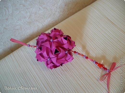 Еще раз здравствуйте, дорогие мастерицы!!! Вот моя Роза от знаменитой Марии Синайской, а вот это ее научное название Little Roses Kusudama (squares). Схему взяла тут http://goorigami.com/diagrams/little-roses-kusudama. Там несколько схем, а схема этой на третьей странице. Эта роза из целого квадратика)))) фото 4