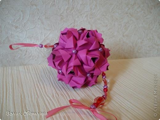 Еще раз здравствуйте, дорогие мастерицы!!! Вот моя Роза от знаменитой Марии Синайской, а вот это ее научное название Little Roses Kusudama (squares). Схему взяла тут http://goorigami.com/diagrams/little-roses-kusudama. Там несколько схем, а схема этой на третьей странице. Эта роза из целого квадратика)))) фото 5