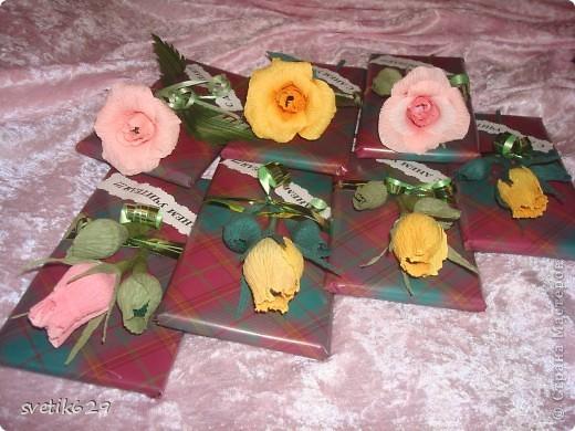 Вот решили с дочкой поздравить учителей и сделали им цветочки которые привязали к шоколадкам. фото 1