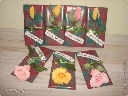 Вот решили с дочкой поздравить учителей и сделали им цветочки которые привязали к шоколадкам. фото 2