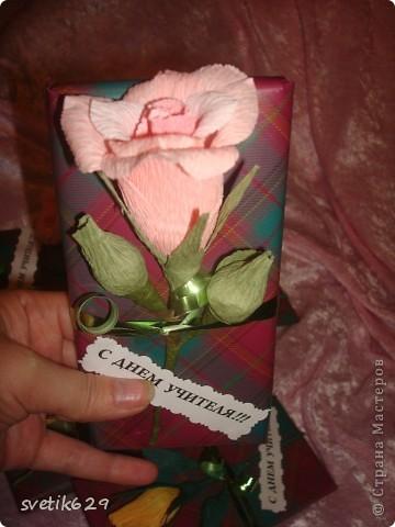 Вот решили с дочкой поздравить учителей и сделали им цветочки которые привязали к шоколадкам. фото 3
