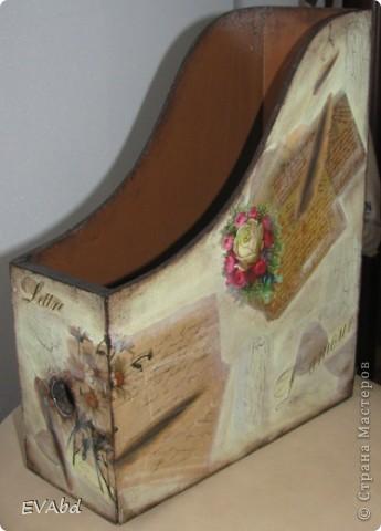 Сначала журнальница была необходимой, потому что в нашем доме все 5 человек любят читать журналы, у всех свои пристрастия и каждый стремился положить свой журнал в укромный уголок на кухне. Поэтому уголков становилось все меньше, кухня играла всеми цветами радуги... периодически это все выкидывалось и начиналось заново по кругу. Журнальница стала НЕОБХОДИМА!!! Но шла я к ней долго, чувствовала себя творцом. фото 2