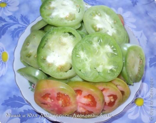 Зеленые помидоры под грецкими орехами отличная закуска и салат. На мой вопрос Мише к чему его подают, он ответил, что подают к хорошо накрытому грузинскому столу :)  фото 2