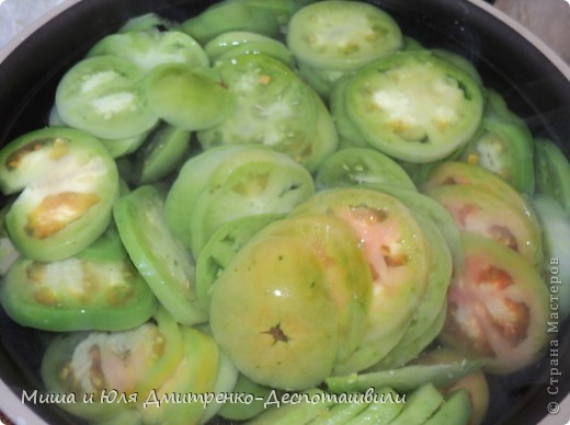 Зеленые помидоры под грецкими орехами отличная закуска и салат. На мой вопрос Мише к чему его подают, он ответил, что подают к хорошо накрытому грузинскому столу :)  фото 3