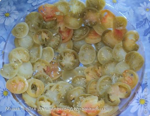 Зеленые помидоры под грецкими орехами отличная закуска и салат. На мой вопрос Мише к чему его подают, он ответил, что подают к хорошо накрытому грузинскому столу :)  фото 6