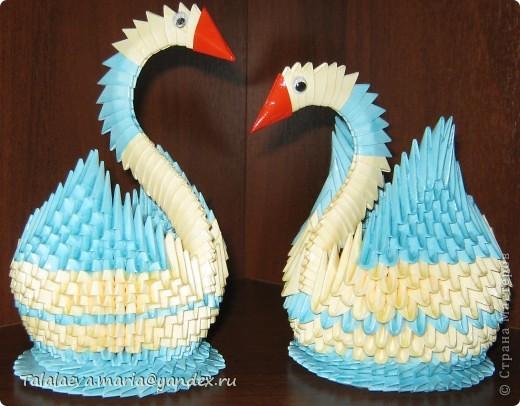 """лебеди - модульное оригами - один сделан правильно, а другой """"наизнанку""""."""