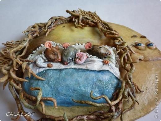 Мое почтение всем, всем, всем!!! Хочу познакомить вас с новыми обитателями и полноценными членами нашей семьи – троица мышицы! Как-то прогуливаясь по всемирной сети, повстречались мне эти мышата. Настолько они запали мне в душу, влюбилась в них молниеносно, и поняла, что будут жить теперь с нами. Они так сладко спали-сопели в своей подземной норке, где их крышей были корни деревьев, что так и запечатлелись. Какие сладкие сны им сняться?........  фото 2