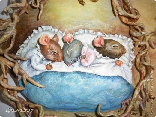 Мое почтение всем, всем, всем!!! Хочу познакомить вас с новыми обитателями и полноценными членами нашей семьи – троица мышицы! Как-то прогуливаясь по всемирной сети, повстречались мне эти мышата. Настолько они запали мне в душу, влюбилась в них молниеносно, и поняла, что будут жить теперь с нами. Они так сладко спали-сопели в своей подземной норке, где их крышей были корни деревьев, что так и запечатлелись. Какие сладкие сны им сняться?........  фото 3