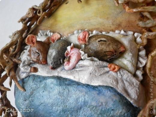Мое почтение всем, всем, всем!!! Хочу познакомить вас с новыми обитателями и полноценными членами нашей семьи – троица мышицы! Как-то прогуливаясь по всемирной сети, повстречались мне эти мышата. Настолько они запали мне в душу, влюбилась в них молниеносно, и поняла, что будут жить теперь с нами. Они так сладко спали-сопели в своей подземной норке, где их крышей были корни деревьев, что так и запечатлелись. Какие сладкие сны им сняться?........  фото 5