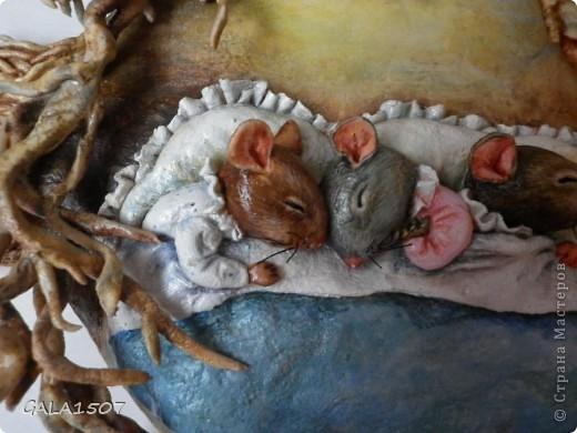 Мое почтение всем, всем, всем!!! Хочу познакомить вас с новыми обитателями и полноценными членами нашей семьи – троица мышицы! Как-то прогуливаясь по всемирной сети, повстречались мне эти мышата. Настолько они запали мне в душу, влюбилась в них молниеносно, и поняла, что будут жить теперь с нами. Они так сладко спали-сопели в своей подземной норке, где их крышей были корни деревьев, что так и запечатлелись. Какие сладкие сны им сняться?........  фото 6